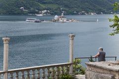 Женщина наблюдая панораму Стоковое Фото