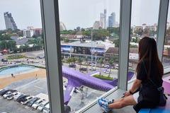 Женщина наблюдая снаружи на терминале 21 Паттайя стоковая фотография rf