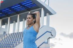 Женщина нагревая перед бежать Стоковое Фото