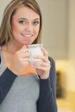 Женщина нагревая с горячим напитком Стоковое Изображение RF
