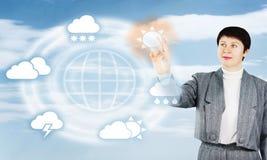 Женщина нажимает кнопку хорошей погоды Стоковое Изображение RF