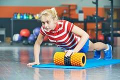 Женщина нажимая вверх в спортзале фитнеса Стоковая Фотография RF