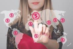 Женщина нажимая кнопка с значком сети валюты карты доллара Дело, технология и концепция интернета Стоковые Фотографии RF