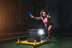 Женщина нажимая оборудование тренировки prowler на искусственной дерновине травы стоковое фото rf