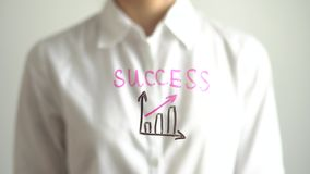 Женщина написала диаграмму роста с красным цветом вверх по стрелке и успех на прозрачном экране Стоковые Фотографии RF