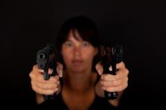 Женщина направляя 2 оружия стоковая фотография