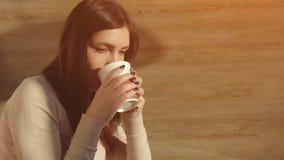 Женщина наслаждается выпить горячий свежий кофе от бумажного стаканчика Стоковые Изображения RF