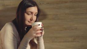 Женщина наслаждается выпить горячий свежий кофе от бумажного стаканчика Стоковое Изображение