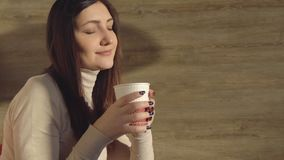 Женщина наслаждается выпить горячий свежий кофе от бумажного стаканчика Стоковые Фото
