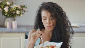 Женщина наслаждается салатом видеоматериал