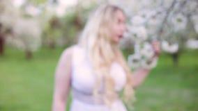 Женщина наслаждается цветя садом видеоматериал