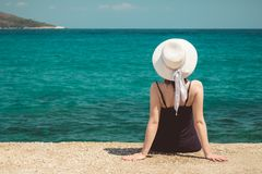 Женщина наслаждаясь видом на море Стоковое фото RF