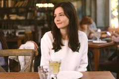 Женщина наслаждаясь едой в ресторане стоковая фотография