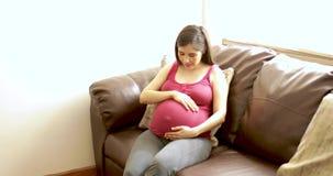 Женщина наслаждаясь ее беременностью дома видеоматериал