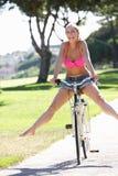Женщина наслаждаясь ездой цикла Стоковое Фото