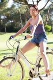 Женщина наслаждаясь ездой цикла Стоковая Фотография