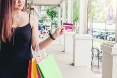 Женщина наслаждаясь торговой улицей стоковые изображения rf