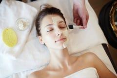 Женщина наслаждаясь Skincare в КУРОРТЕ стоковое фото rf