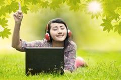 Женщина наслаждается летним днем Стоковые Фотографии RF