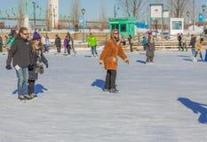 Кататься на коньках льда женщины Стоковые Изображения