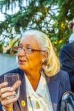 Женщина наслаждается партией и держится Стоковое Фото