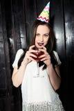 Женщина наслаждается предпосылкой праздника черной древесины стоковая фотография rf