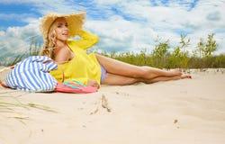 Женщина наслаждается солнцем на пляже Стоковое фото RF