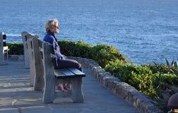 Женщина наслаждаясь взглядом на парке Heisler в пляже Laguna, Калифорнии Стоковая Фотография RF