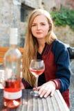 Женщина наслаждаясь вином в внешнем ресторане Портрет красивой девушки туриста дегустации вин Стоковые Изображения RF