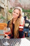 Женщина наслаждаясь вином в внешнем ресторане Портрет красивой девушки туриста дегустации вин Стоковая Фотография