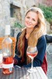 Женщина наслаждаясь вином в внешнем ресторане Портрет красивой девушки туриста дегустации вин Стоковая Фотография RF