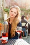Женщина наслаждаясь вином в внешнем ресторане Портрет красивой девушки туриста дегустации вин Стоковое Изображение RF