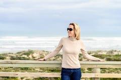 Женщина наслаждаясь видом на море на пляже Goolwa Стоковые Фото