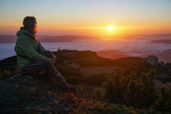 Женщина наслаждаясь восходом солнца в горах Стоковое Изображение