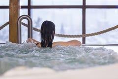 Женщина наслаждаясь в курорте стоковые фотографии rf