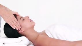 Женщина наслаждаясь головным массажем сток-видео