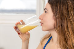 Женщина наслаждаясь ее соком свежих фруктов Стоковое фото RF