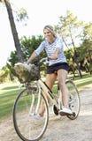 Женщина наслаждаясь ездой цикла Стоковые Фотографии RF
