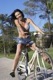 Женщина наслаждаясь ездой цикла Стоковые Фото