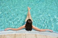 Женщина наслаждаясь естественной минеральной солёной водой в мертвом море, Isra Стоковое Изображение