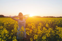 Женщина наслаждаясь летом и природой Стоковые Фото