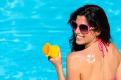 Женщина наслаждаясь летом с предохранением от кожи солнца на бассейне стоковые фотографии rf