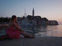 Женщина наслаждаясь заходом солнца в Rovinj, Хорватии Стоковые Изображения RF