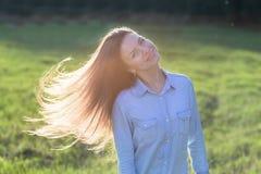 Женщина наслаждаясь заходом солнца стоковое изображение rf