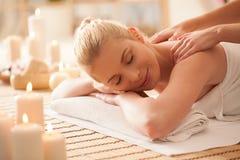 Женщина наслаждаясь задним массажем стоковая фотография rf
