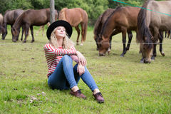 Женщина наслаждаясь компанией лошадей Стоковые Фото