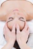 Женщина наслаждаясь массажем на курорте красоты Стоковое фото RF