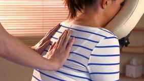 Женщина наслаждаясь массажем стула акции видеоматериалы