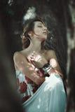 Женщина наслаждаясь миром природы Стоковое Изображение