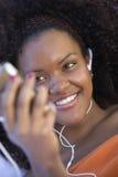 Женщина наслаждаясь музыкой Стоковое Изображение RF